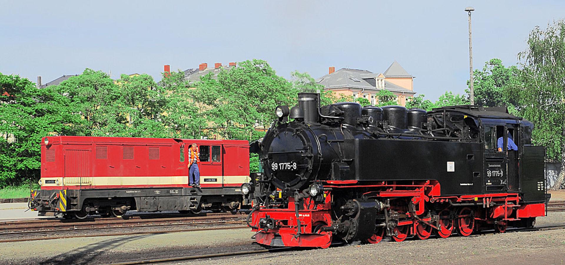 Dampf- und Dieselok in Radebeul Ost.  © MICHAEL SPERL