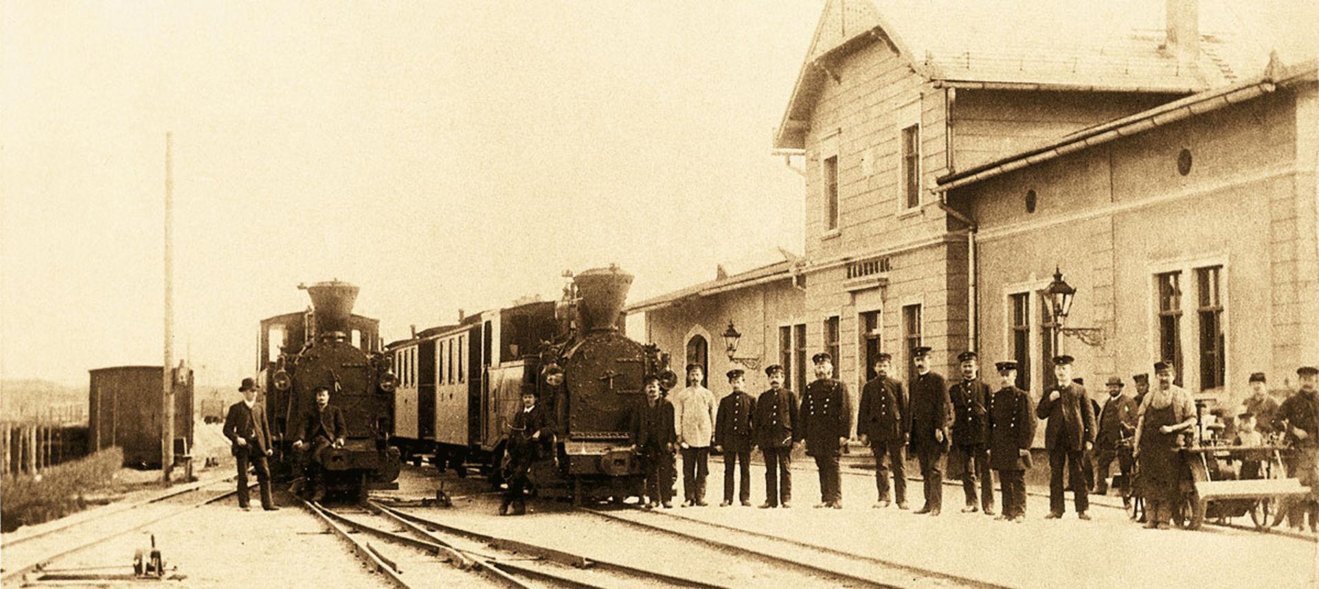 Historische Aufnahme des Bahnhofs Radeburg mit Fahrzeug und Personal.  © Sammlung Traditionsbahn Radebeul e.V.