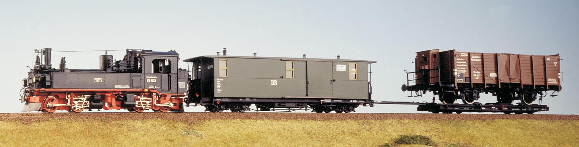 99 608 mit Zug  © Henke Modellbau