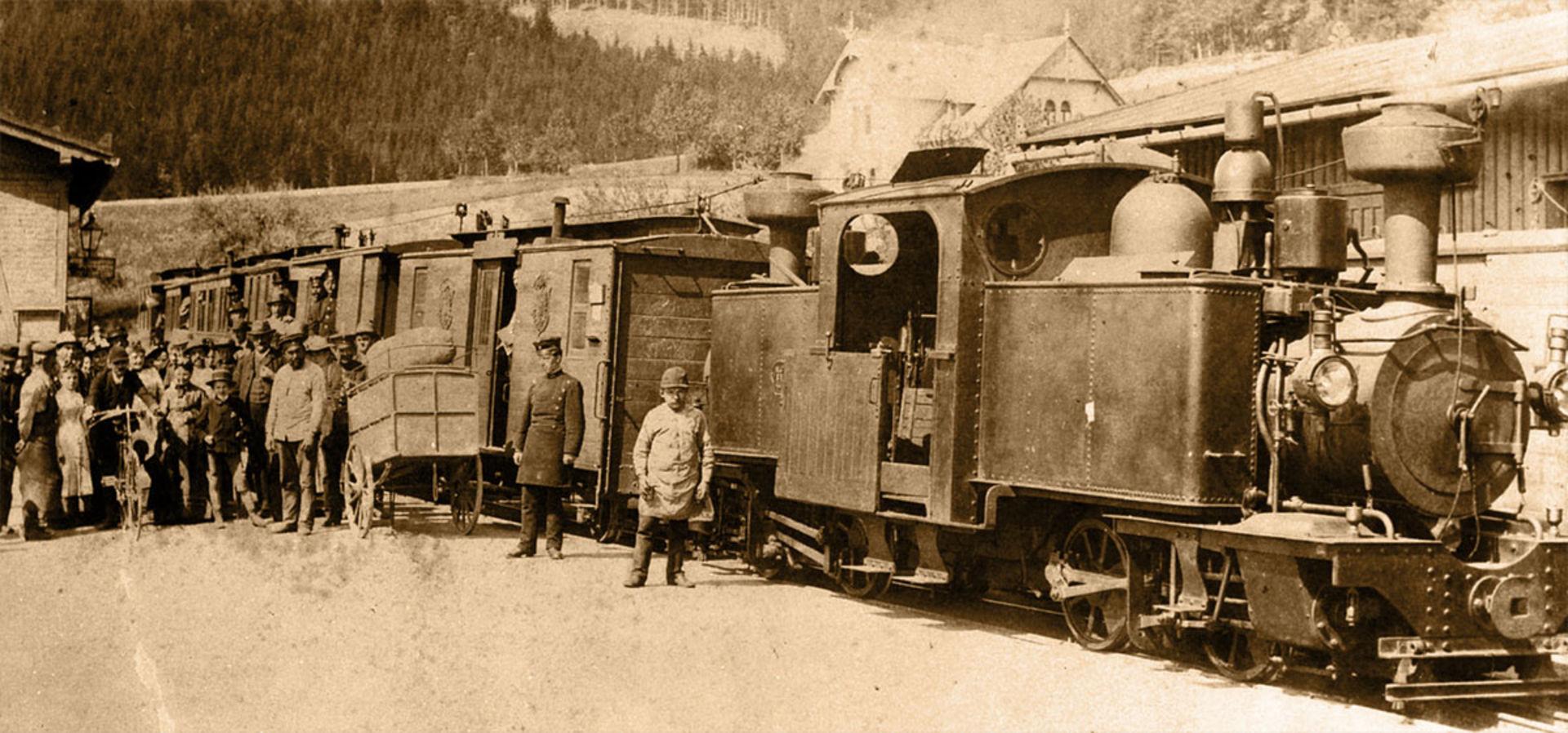 Dampfzug und Personal in Kipsdorf.  ©