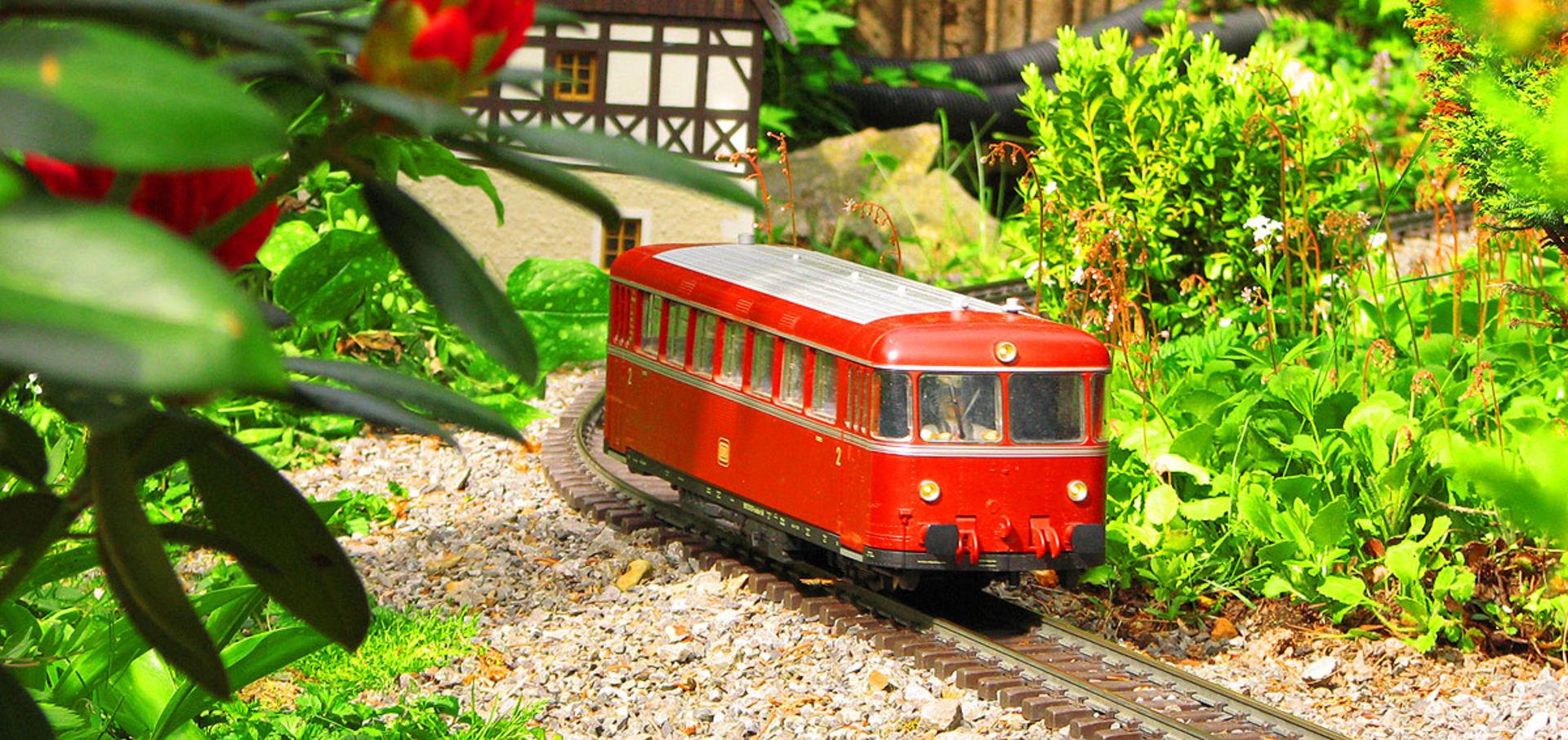 Triebwagen auf der Gartenbahn im Klein Erzgebirge.  © Pressebild Klein-Erzgebirge Oederan e.V.