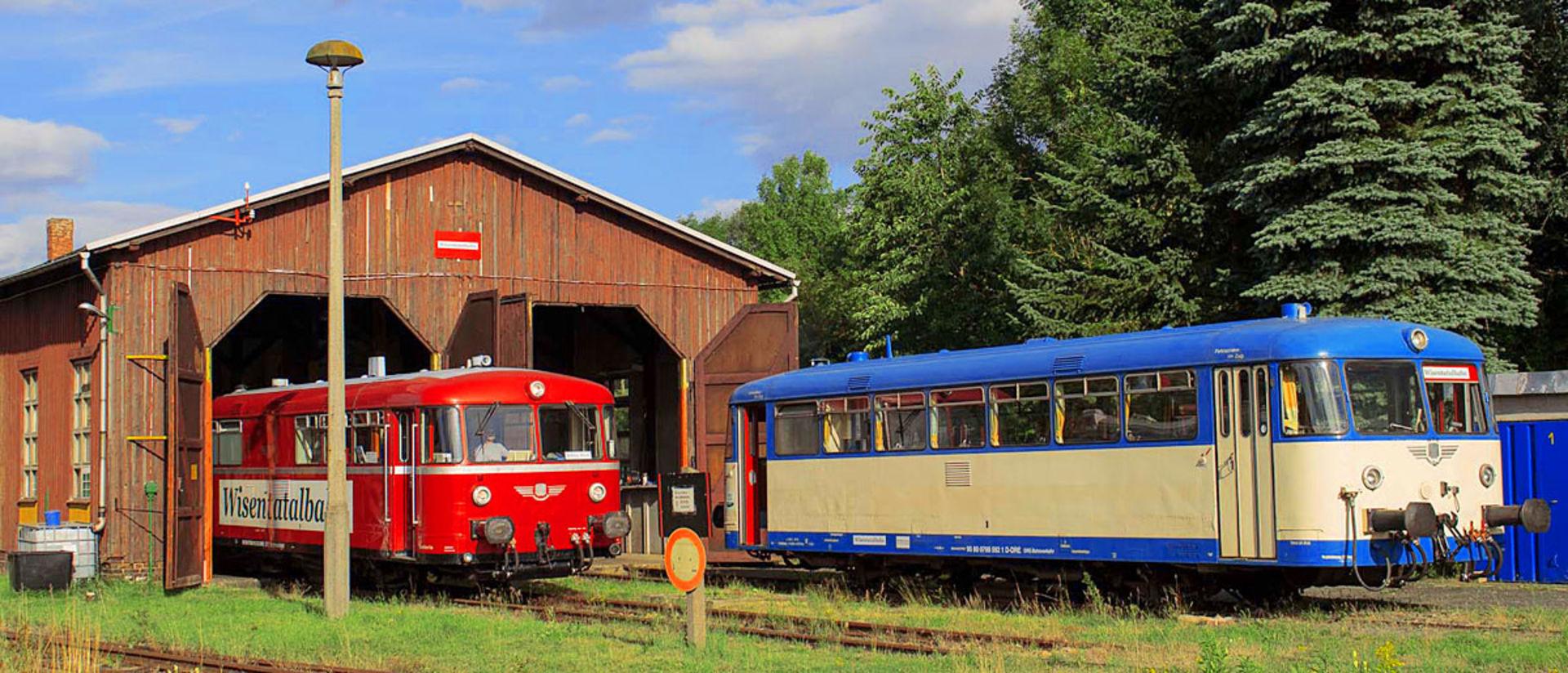 Lokschuppen mit den Fahrzeugen der Wisentatalbahn.  © Pressebilder Förderverein Wisentatalbahn e.V. - St. Pötzscher